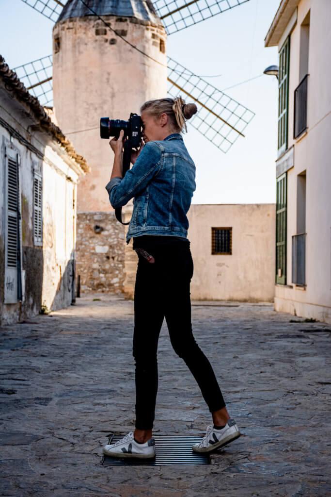 fotografa profesional tomando fotos con su camara